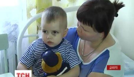 Двухлетнего мальчика из Авдеевки, который выпал из окна, доставили в реанимацию Днепра