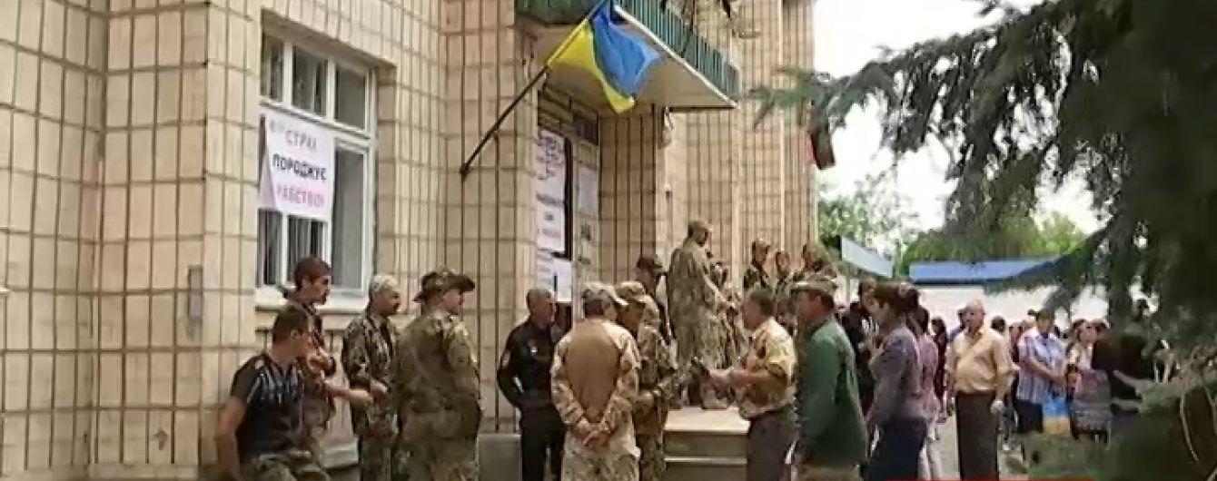 Учасники АТО наметами і шинами заблокували райдержадміністрацію на Миколаївщині