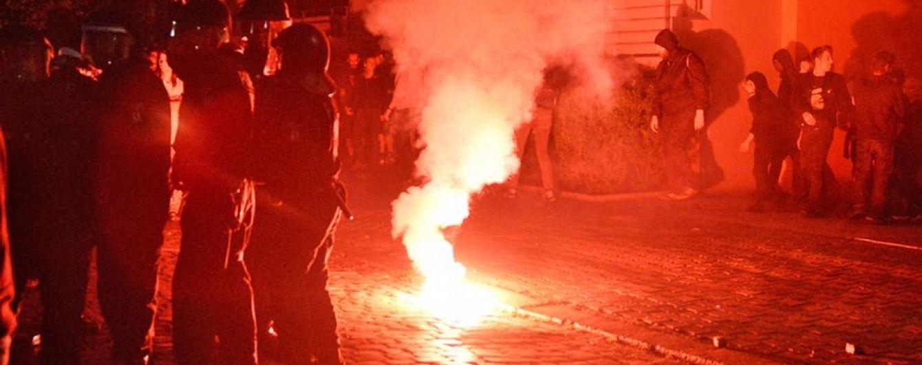 У Берліні близько двох тисяч радикалів закидали поліцейських камінням