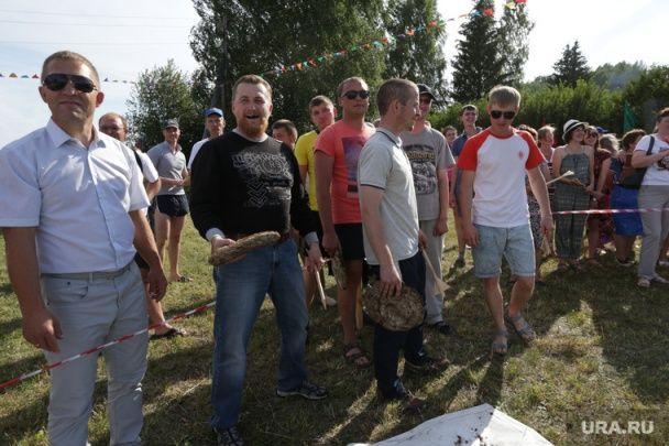 Веселий коров'як. У Росії влаштували дивакуватий конкурс із жбурляння екскрементів