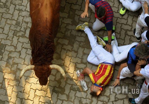 Скажена швидкість і черепно-мозкові травми: в Іспанії відбуваються традиційні забіги з биками