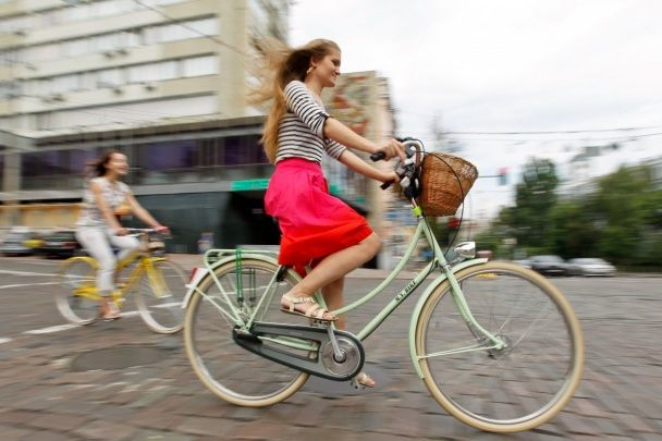 Декольте, сукні та підбори. У Києві влаштували велопарад дівчат