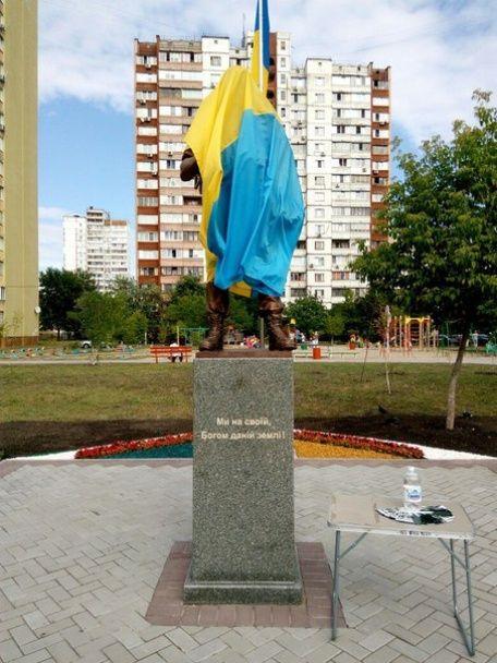 На Троєщині відкрили перший у Києві пам'ятник військовому-добровольцю