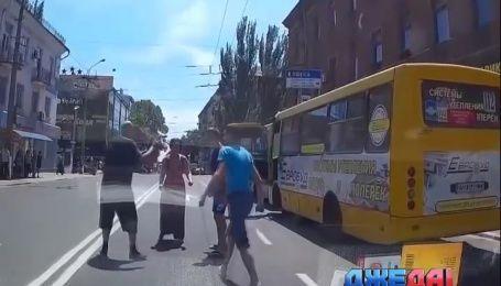 В Мариуполе водители автобусов подрались прямо на дороге за пассажира