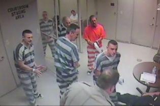 У Техасі в'язні вирвалися з камери, щоб врятувати життя наглядачеві