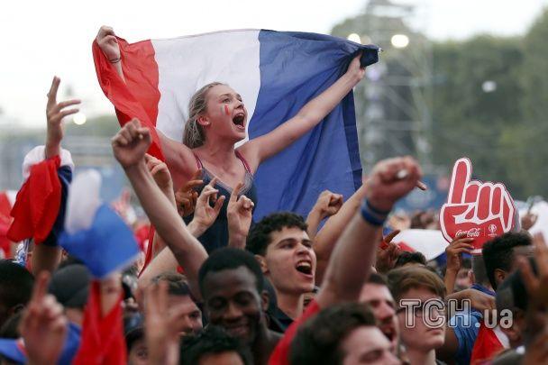 Усміхнені француженки та португалки у коротеньких топах. Найкращі фанатки фіналу Євро-2016