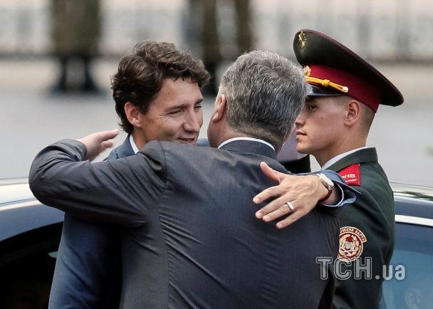 З обіймами та в оточенні почесної варти. Як Порошенко зустрічав прем'єр-міністра Канади