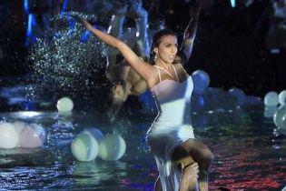 Сексуальна Сєдокова у білосніжній сукні ефектно стрибнула в басейн під час виступу