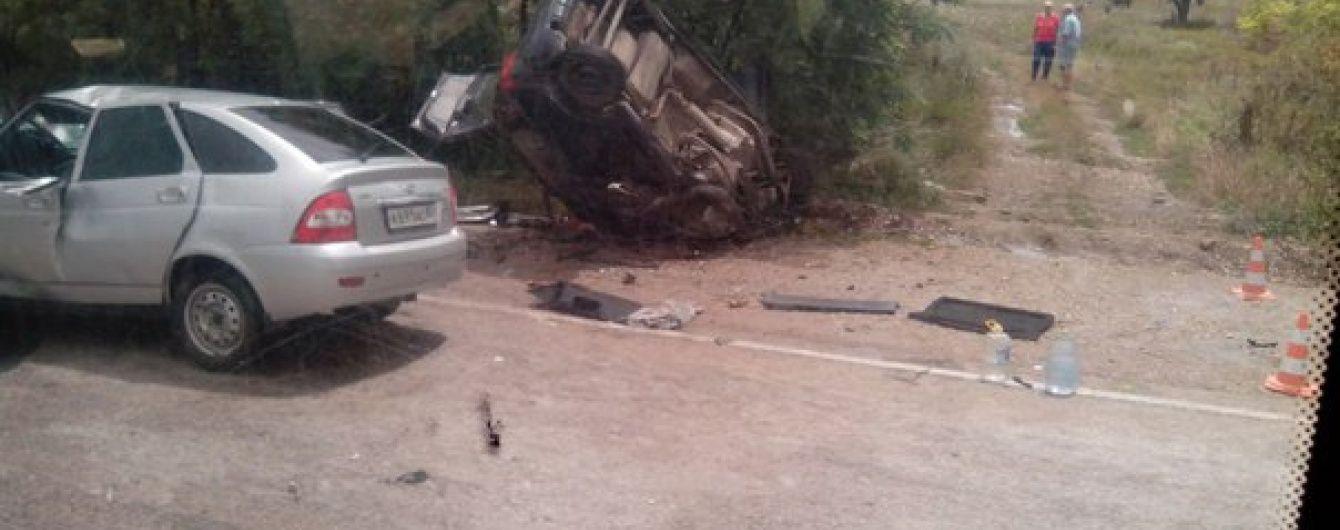 Лобова аварія у Криму: Lada протаранила Daewoo і перекинула її на узбіччя, де стояли люди