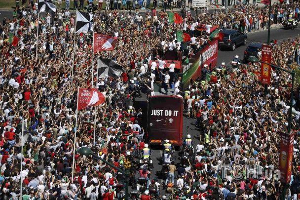 Коридор шани у Лісабоні. Збірна Португалії проїхалася містом після перемоги на Євро-2016