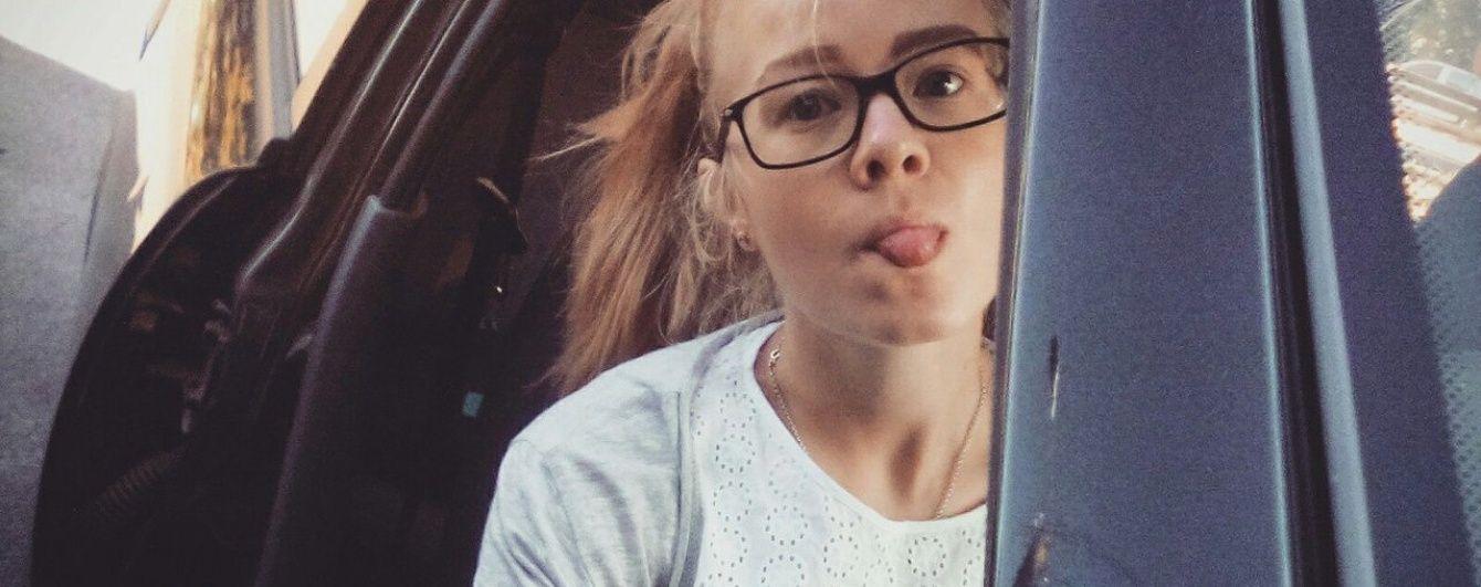 Блондинка за кермом: як поганяти на авто без прав і відеоексперимент на першому водінні