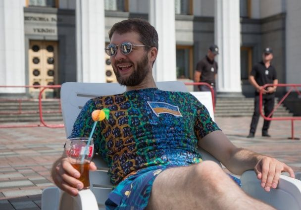Шезлонги, басейн і коктейлі. Під Радою від депутатів вимагали працювати влітку