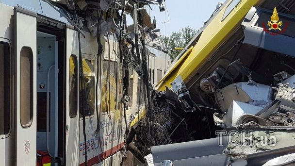 З'явилися моторошні фото з місця лобового зіткнення потягів в Італії