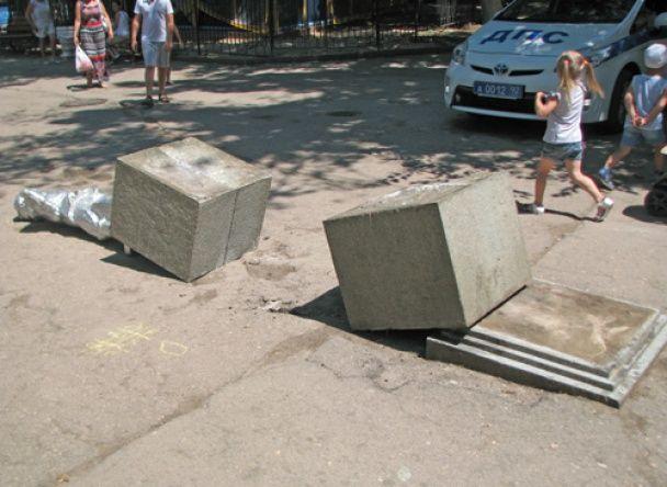 """В окупованому Севастополі невідомі скинули пам'ятник маленькому Леніну, обвівши """"труп"""" крейдою"""
