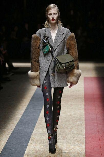 Корсеты на пальто и колготки в ромбики в коллекции  Prada сезона осень-зима 2016-2017