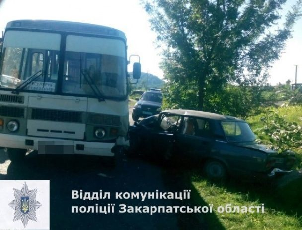 Під Мукачевим рейсовий автобус протаранив легковик, постраждали 5 людей