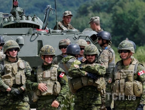 Під Львовом прем'єр Канади оцінив, як муштрують українських військових