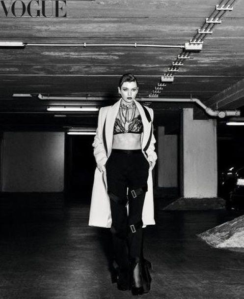 Модельний десант у Vogue: Шейк приміряла вбрання чоловічого крою, а Максвелл оголила груди