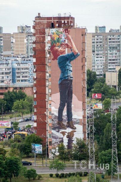 На Троещине появился масштабный мурал с изображением девушки с цветами