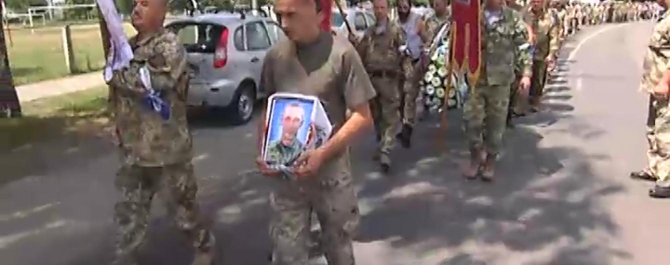 На Київщині поховали 24-річного військового, який після дембелю повернувся на фронт