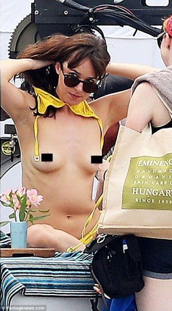 """Гаряча сцена: Дакота Джонсон оголила груди під час знімання продовження """"50 відтінків сірого"""""""