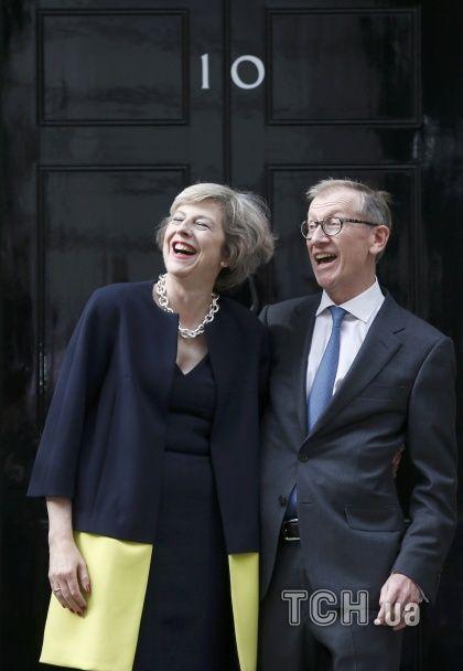 """Леопардові туфлі і церемонія """"цілування рук"""": Мей стала новим британським прем'єром"""