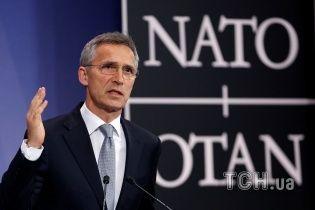 """Спалений прапор """"ДНР"""" у Донецьку та допомога НАТО Україні. П'ять новин, які ви могли проспати"""