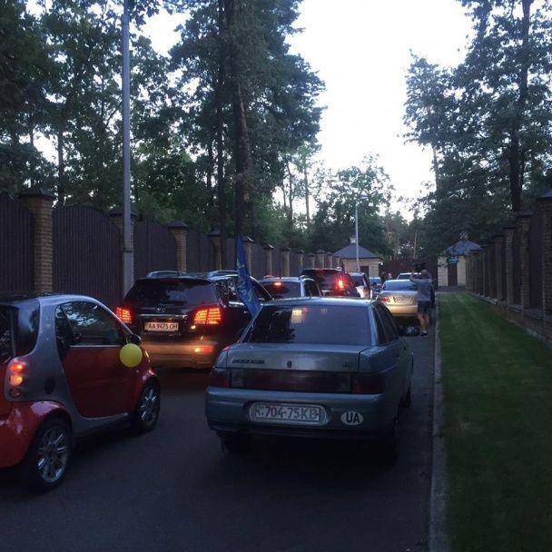 """""""Автомайдан"""" розпалив біля маєтку Медведчука вогнище і почепив на воротах двоголову курку"""