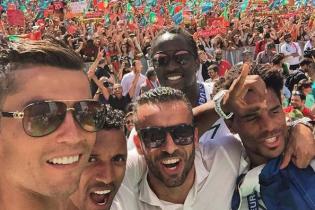 Роналду не втомлюється показувати відео зустрічі збірної Португалії після тріумфу на Євро-2016