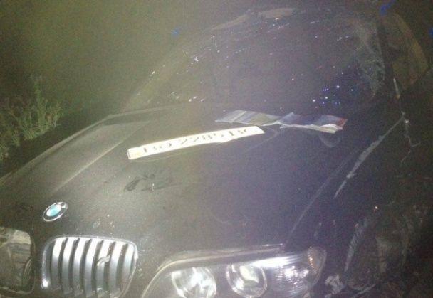 Під Тернополем BMW X5 на швидкості влетів у відбійник і перекинувся