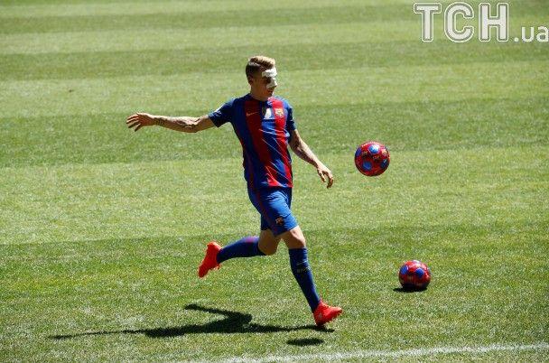 """Новачок """"Барселони"""" з'явився на офіційну презентацію з пов'язкою після ринопластики"""
