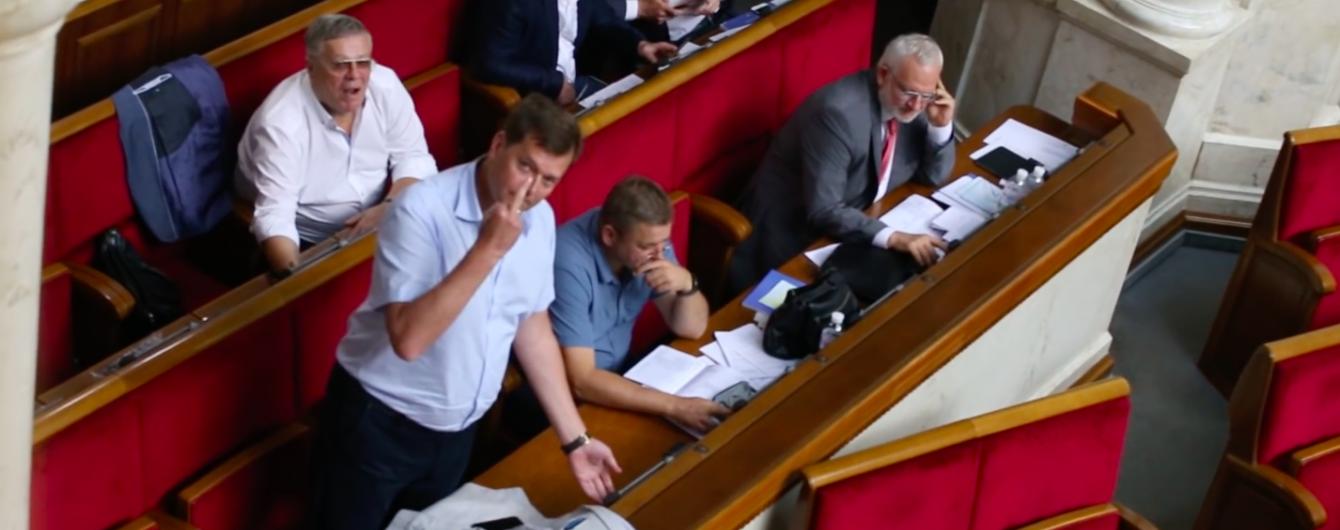 Нардеп із Опоблоку під час голосування у Раді показав непристойний жест