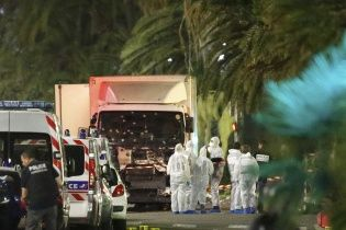 У Мережі з'явилися відео моменту, як вантажівка в'їхала у натовп людей у Ніцці