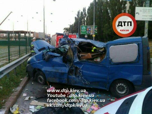 На околиці Києва Opel зробив сальто, загинула жінка