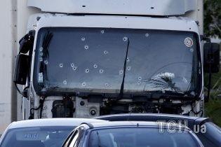 Ранок після теракту у Ніцці: на набережній досі стоїть розстріляна вантажівка і лежать тіла загиблих