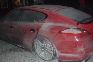 В Одесі невідомий кинув вибухівку під Porsche Panamera у автосалоні