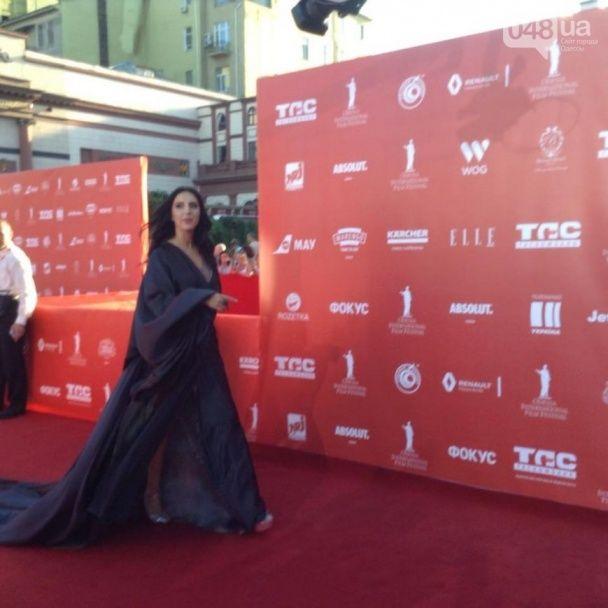 Джамала у розкішній сукні зі шлейфом стала окрасою церемонії відкриття Одеського кінофестивалю
