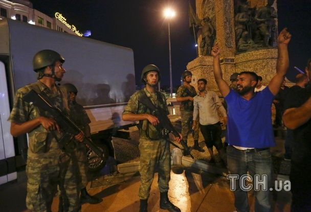 У Туреччині противники військового перевороту намагалися зупинити танки голими руками