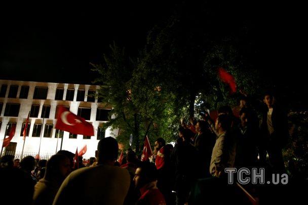 Турки із національними прапорами вийшли протистояти путчистам