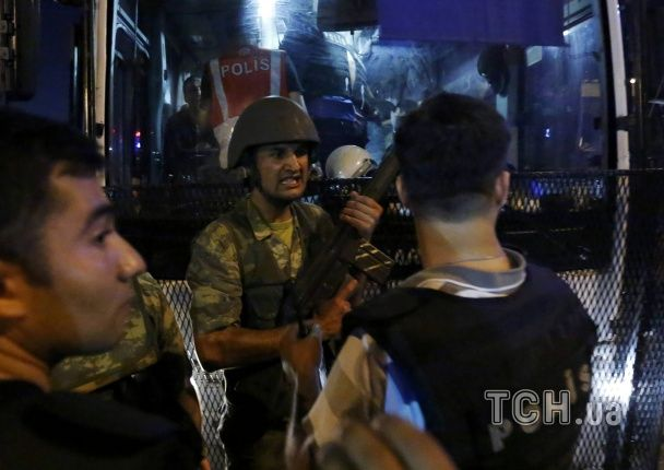 Військові, які брали участь у перевороті, здають зброю