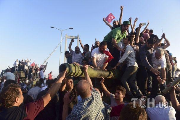 У Стамбулі цивільні намагалися вчинити самосуд над військовими-заколотниками