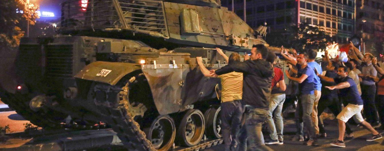 В Мережі з'явилося нове відео атаки на президентський палац в Анкарі під час путчу