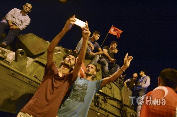 Радість від провалу військових та селфі з танками. Найемоційніші фото спроби перевороту у Туреччині