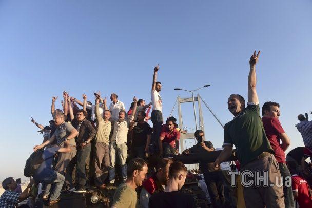 Радість від провалу військових та селфі з танками. Найяскравіші фото спроби перевороту у Туреччині