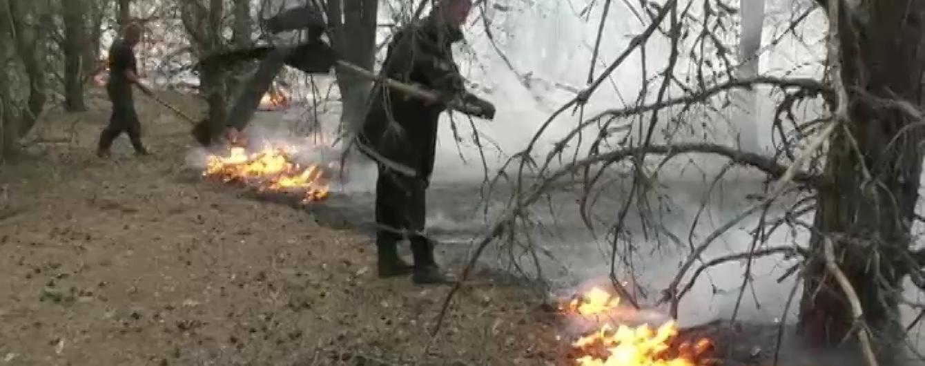 Військові відновили стрільби на Гончарівському полігоні, поруч із яким палає лісова пожежа