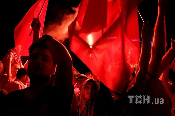 Прапори із півмісяцем та фаєри: прихильники Ердогана святкують провал путчу у Туреччині