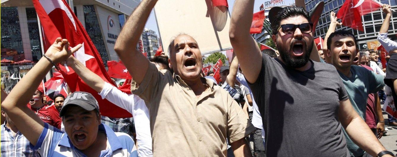 У Туреччині після спроби військового перевороту відсторонили майже 8 тисяч держслужбовців