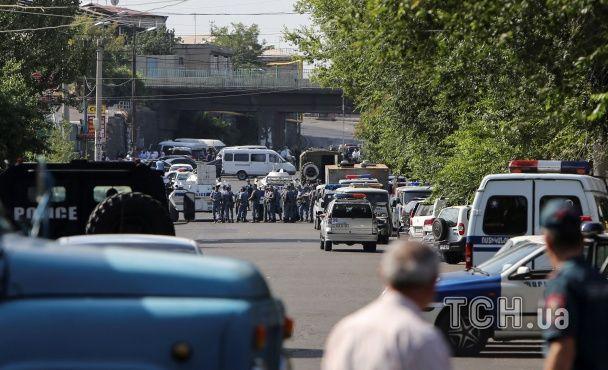 Перекриті дороги та військова техніка. Що відомо про захоплення поліцейської дільниці в Єревані