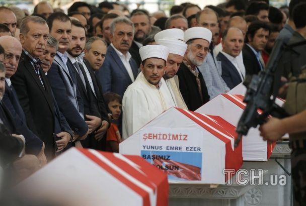 Сльози, розпач і молитви. У Стамбулі ховають загиблих під час спроби військового перевороту