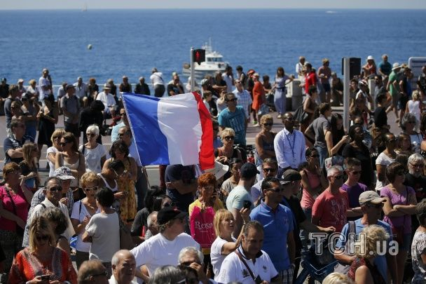 Прапори, квіти й обійми: тисячі людей вшанували хвилиною мовчання пам'ять загиблих у теракті в Ніцці